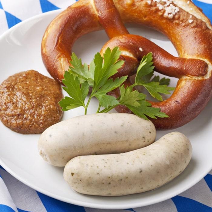 белые мюнхенские кобалски, веточка петрушки, соус и калач