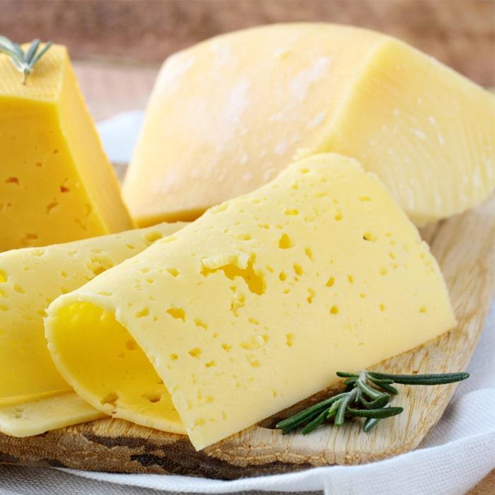 нарезанные кусочки сыра