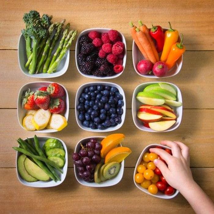 шесть мисочек с разложенными в них овощами, фруктами, зеленью