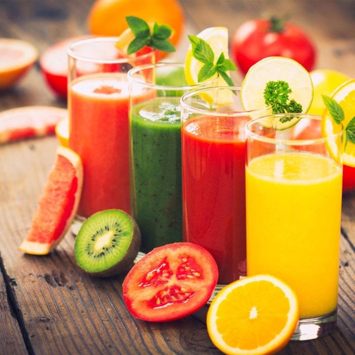 насколько стеклянных стаканов с разноцветными напитками