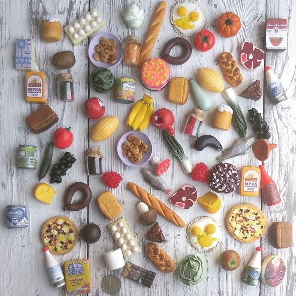 Муляжи овощей, фруктов, колбас и других продуктов и блюд на столе