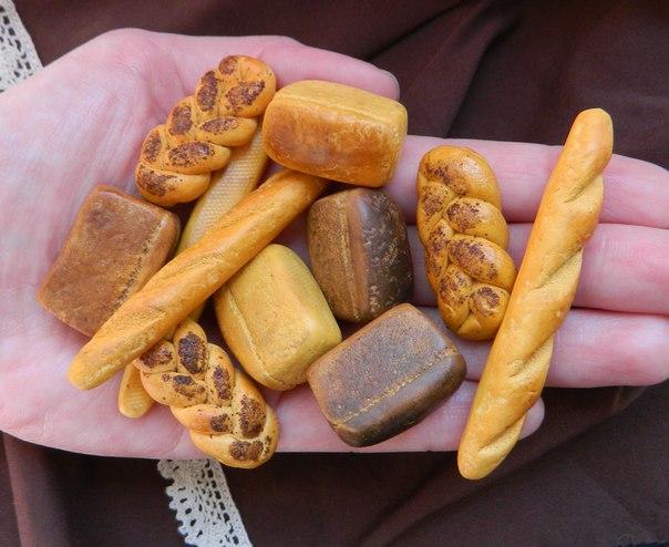 Муляжи продуктов питания в руке