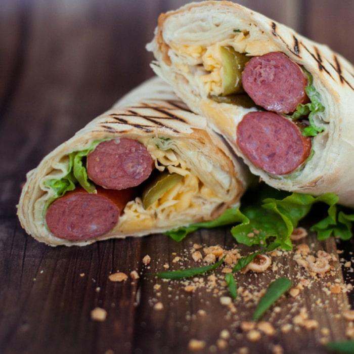 две порции шаурмы с колбасками-гриль