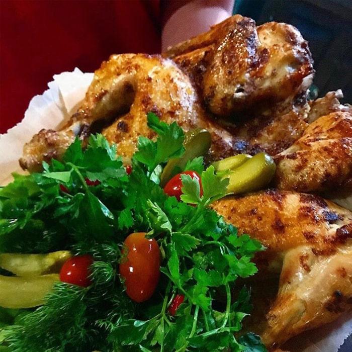запеченные со специями кусочки курицы и зелень с овощами