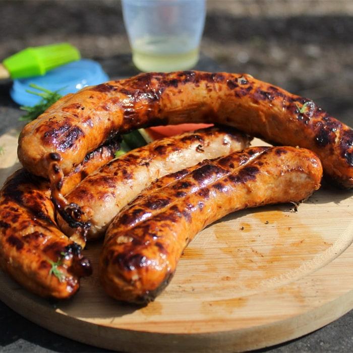 несколько штук готовых колбасок-гриль по- техасски