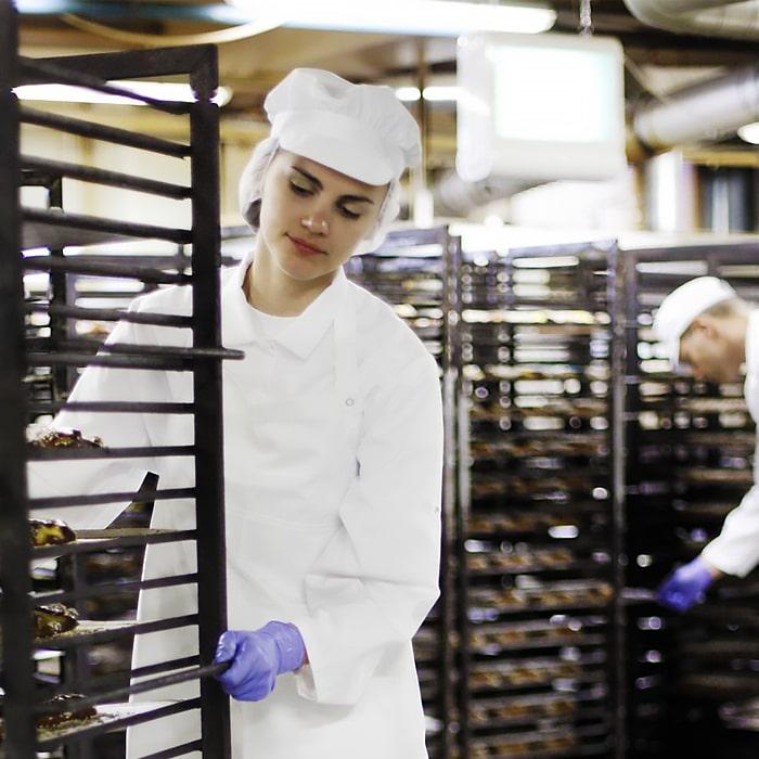 девушка в белом костюме на пищевом производстве