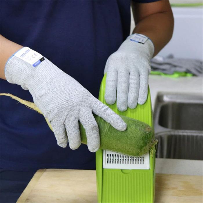 защитные перчатки и салатовая терка
