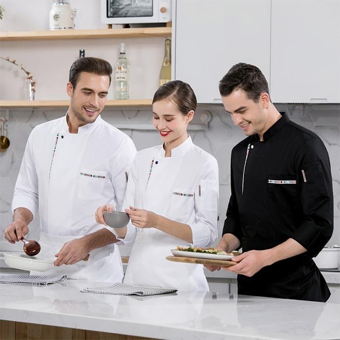 двое мужчин-поваров и девушка