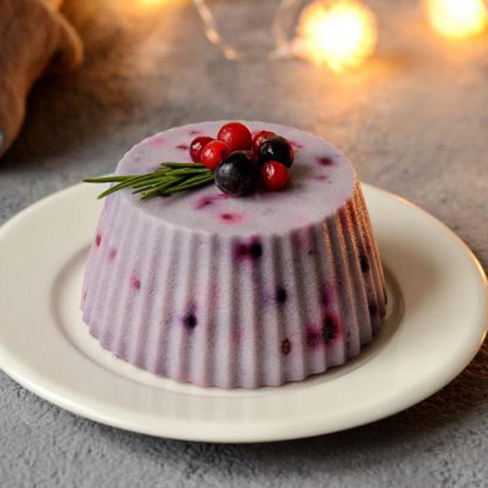 муссовое пирожное на белом блюдце с Агар-агаром